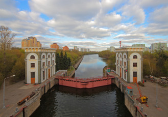 Moskva_River_locks_near_Karamyshev_Embankment